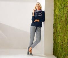 3c8535c876 A sötétkék színben kapható 7/8-os nadrág remek példa a bármilyen helyzetben  jól felhasználható ruhadarabra: kellemesen puha pamut-sztreccs anyaga  biztosítja ...