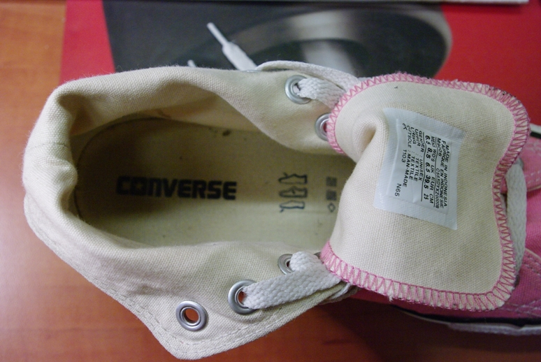 f9bcc9cbf0e6 Természetesen megkeresem ezzel a Fogyasztóvédelem megfelelő munkatársát is.  ( Balra egy eredeti új Converese cipő, R jellel, jobbra a hivatalos  logo.... )